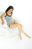 Auf weißer Bettkleidung Stockfoto