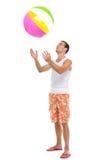 Auf werfendem Wasserball des Ferienmannes oben stillstehen Lizenzfreies Stockbild