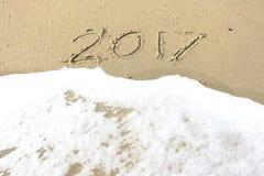 Auf Wiedersehen 2016 hallo 2017 Aufschrift geschrieben in den Strandsand Lizenzfreie Stockfotografie