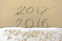 Auf Wiedersehen 2016 hallo 2017 Aufschrift geschrieben in den Strandsand Stockbilder