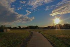 Auf Wiedersehen regnerische Wolken, hallo Sonnenschein stockbild