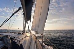Auf Yacht zur Sonne herein segeln Lizenzfreie Stockbilder