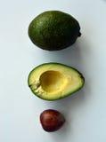 Aufbau der Avocado Ganzes, Hälfte und Samen stockfotografie