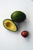 Aufbau der Avocado Ganzes, Hälfte und Samen lizenzfreie stockbilder