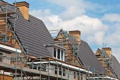 Aufbau der fast fertigen Familienhäuser lizenzfreie stockfotos
