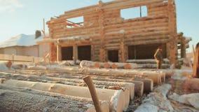 Aufbau der hölzernen Häuser WinterBaustelle Kanadische Winkelmaurerarbeit Kanadische Art Holzhaus gemacht von stock video footage