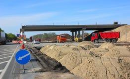 Aufbau der Straßenbrücke Stockfotos
