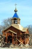 Aufbau einer hölzernen Kirche Stockbilder