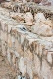 Aufbau einer Steinwand Stockbild