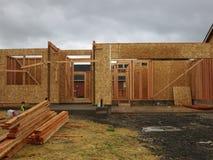 Aufbau eines hölzernen Hauses lizenzfreies stockfoto
