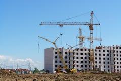 Aufbau eines mehrstöckigen Gebäudes Kranarbeit Stockfoto