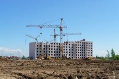 Aufbau eines mehrstöckigen Gebäudes Kranarbeit Lizenzfreie Stockbilder