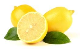 Aufbau einiger Zitronen mit Blättern Stockbild