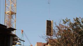 aufbau Gebäude Mann armatur Kran stock video footage