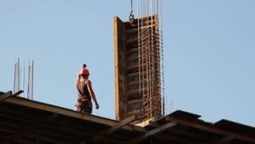 aufbau Gebäude Mann armatur Kran stock video