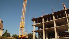 aufbau Gebäude Mann armatur Kran stock footage
