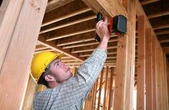 Aufbau-Mann, der Bohrgerät verwendet Lizenzfreie Stockfotos