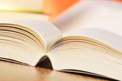 Aufbau mit Büchern auf der Tabelle Stockfoto