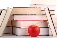 Aufbau mit Büchern und Apfel Lizenzfreie Stockfotos