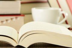 Aufbau mit Büchern und Tasse Kaffee Stockfoto
