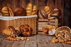 Aufbau mit Brot und Rollen im Weidenkorb Lizenzfreies Stockbild