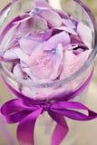 Aufbau mit den Orchideeblumenblättern im Glasvase Lizenzfreie Stockfotografie