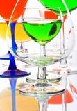 Aufbau mit farbigen Gläsern stockfoto