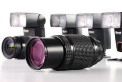 Aufbau mit Foto-Zoomobjektiven auf Weiß Lizenzfreie Stockfotos
