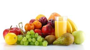 Aufbau mit Früchten und Glas Orangensaft Lizenzfreies Stockbild