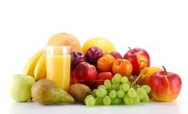 Aufbau mit Früchten und Glas Orangensaft Stockbilder