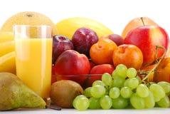 Aufbau mit Früchten und Glas Orangensaft Lizenzfreies Stockfoto