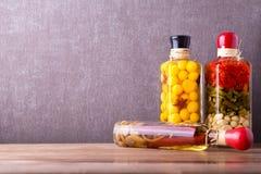 Aufbau mit Gläsern in Essig eingelegtem Gemüse Marinierte Nahrung lizenzfreies stockbild