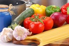 Aufbau mit rohem Gemüse und Isolationsschlauch Lizenzfreie Stockfotos