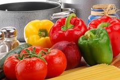 Aufbau mit rohem Gemüse und Isolationsschlauch Stockbild