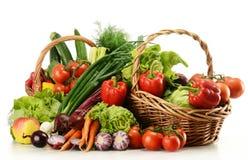 Aufbau mit rohem Gemüse und Weidenkorb Lizenzfreies Stockbild