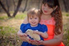 Aufbau mit Schrauben und Muttern Mutter und Tochter spielen mit einem Igelen stockfotos