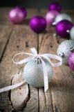 Aufbau mit Weihnachtskugel Lizenzfreies Stockfoto
