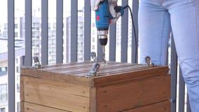 Aufbau und Reparatur Arbeiten mit Holz - Bohrlöcher schließen oben stock video footage