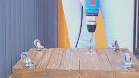 Aufbau und Reparatur Arbeiten mit Holz - Bohrl?cher schlie?en oben stock video