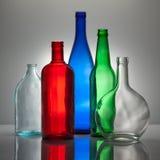 Aufbau von den Farbenglasflaschen stockfoto