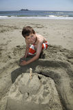 Aufbauen eines Sandcastle Stockfoto