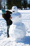 Aufbauen eines Schneemanns Stockbilder