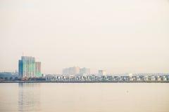 Aufbauen entlang Johor-Straßen-Bank Stockfotografie