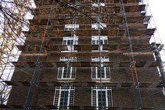 Aufbauen im Bau im Baugerüst Stockfoto