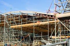 Aufbauen im Bau mit Baugerüst Lizenzfreies Stockbild