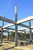 Aufbauende Konstruktsite und blauer Himmel Lizenzfreie Stockfotos