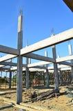 Aufbauende Konstruktsite und blauer Himmel Lizenzfreie Stockbilder