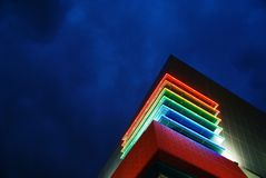 Aufbauende Neonleuchten an der Dämmerung Stockfotografie