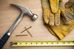 Aufbauhammer und Hilfsmittelhintergrund stockbilder