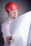 Aufbauingenieur, der das geöffnete Projekt überblickt Lizenzfreies Stockfoto